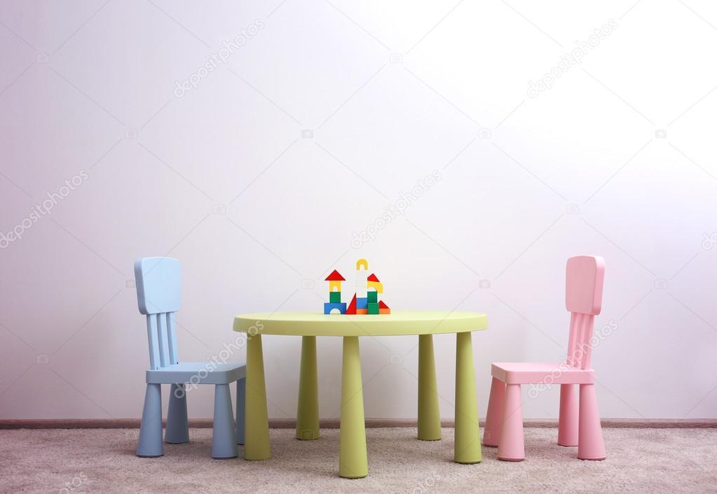 Kinderen stoelen en tafel u stockfoto belchonock