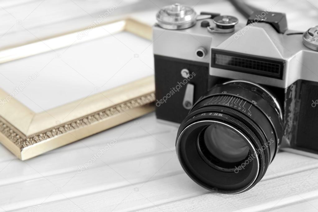 Vintage-Kamera und Rahmen auf weißem Holz Hintergrund — Stockfoto ...