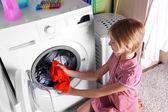 Kleines Mädchen beim Wäschewaschen