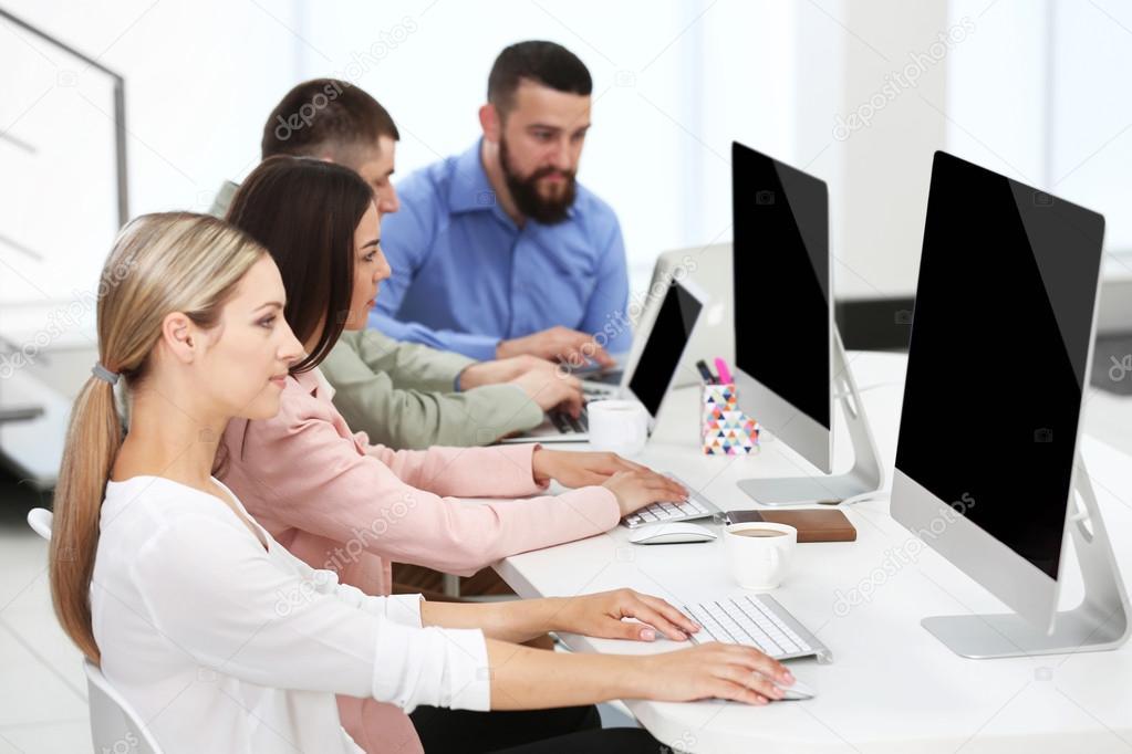 Menschen Die Auf Dem Computer Einem Buro Arbeiten Stockfoto