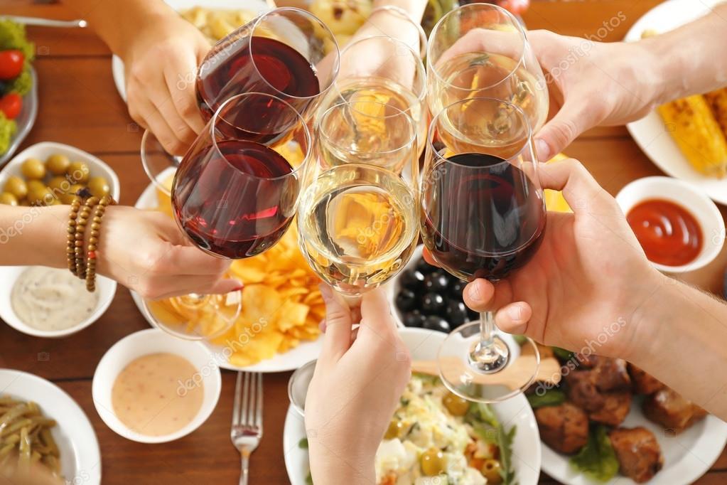 Amigos brindando con copas de vino en restaurante foto for Imagenes de copas brindando