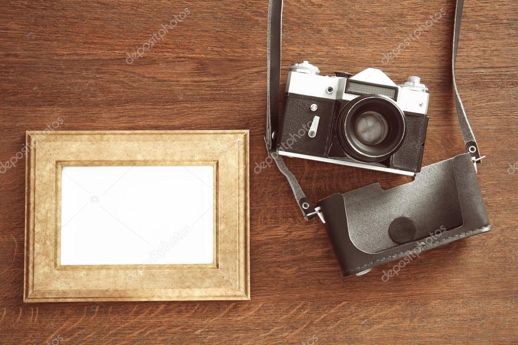 Vintage-Kamera und Rahmen auf hölzernen Hintergrund — Stockfoto ...