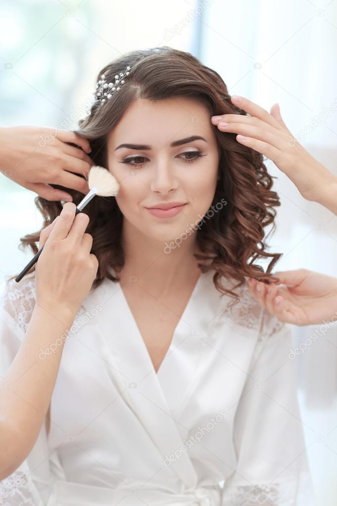 Makeup artist and hairdresser preparing bride– images de stock libres de droits