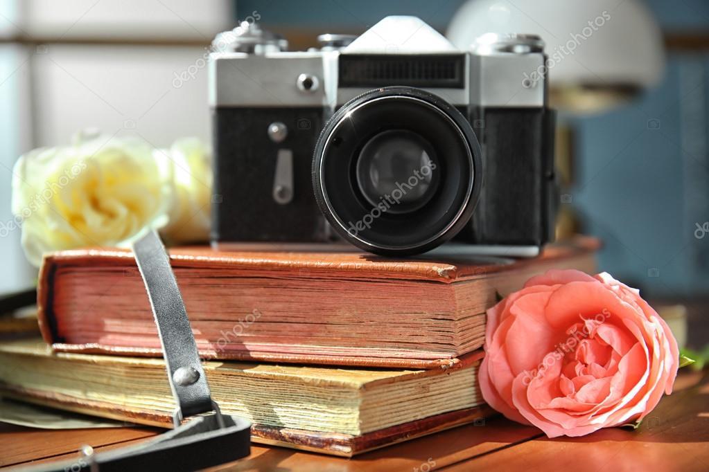 appareil photo vintage et belles roses sur les albums photo photographie belchonock 124100320. Black Bedroom Furniture Sets. Home Design Ideas