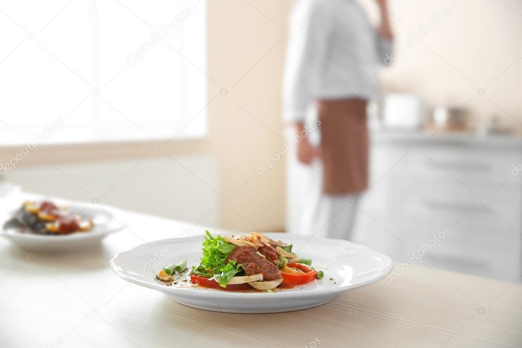 Placas con sabrosos platos en la mesa de la cocina, closeup — Fotos ...