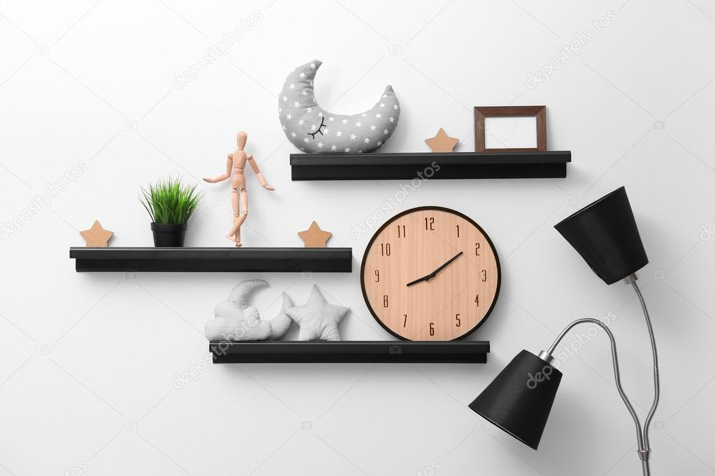 Decorare Con Le Mensole : Mensole con decorazioni per la casa u foto stock belchonock