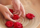 Fényképek Női kezek spa fából készült tál