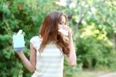Junges Mädchen mit Allergie im freien