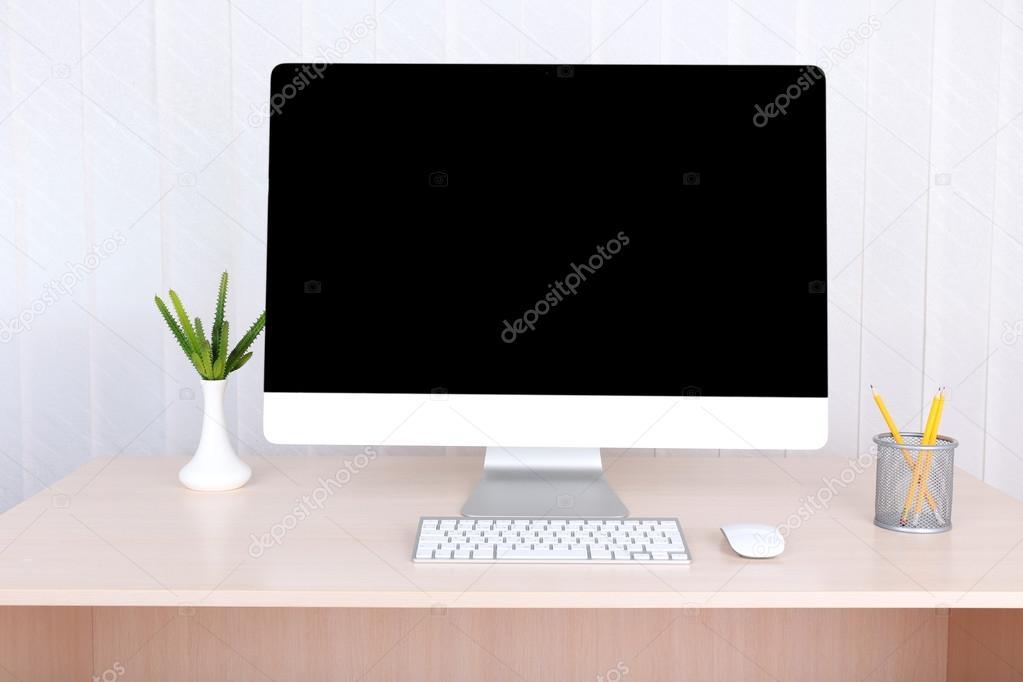 Travail de bureau avec ordinateur moderne u photographie