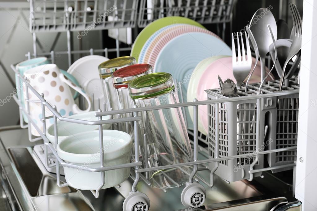 Lave-vaisselle ouvert avec des ustensiles propres dedans — Photo