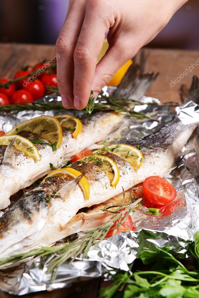 Välsmakande Ugnsbakad Fisk I Folie På Tabell Närbild