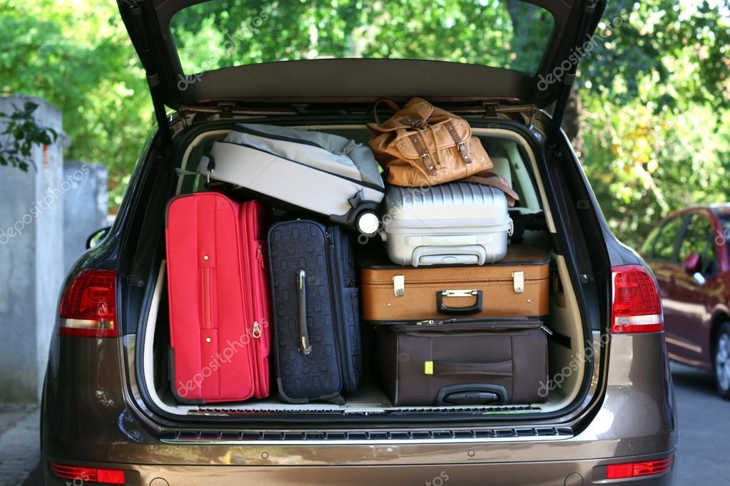 koffer und taschen im kofferraum bereit f r den urlaub zu fahren stockfoto 54198203. Black Bedroom Furniture Sets. Home Design Ideas