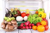 zelenina na dřevěný stůl na pozadí bílý dřevěný box