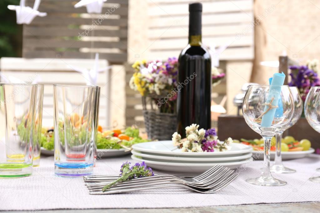 Table de buffet avec vaisselle en attente pour les clients for Buffet avec table escamotable