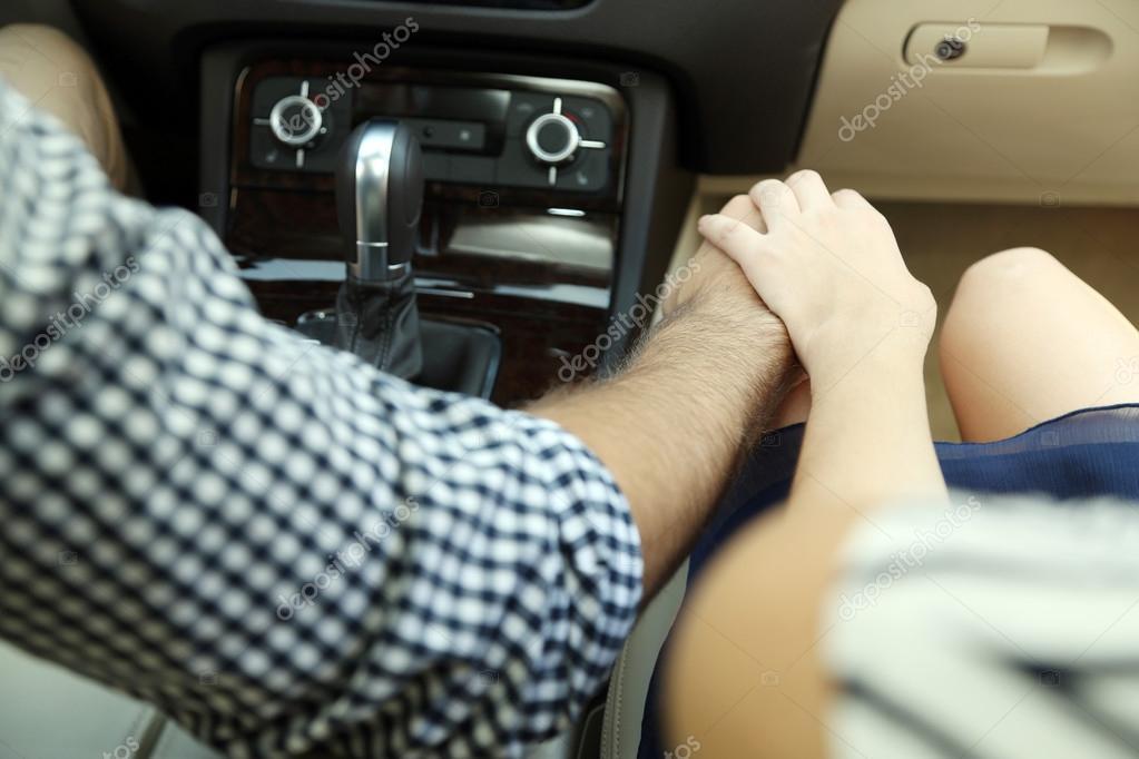 Взявшись за руки в машине картинка
