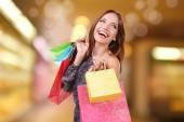 Einkaufskonzept. schöne junge Frau mit Einkaufstaschen auf hellem Hintergrund