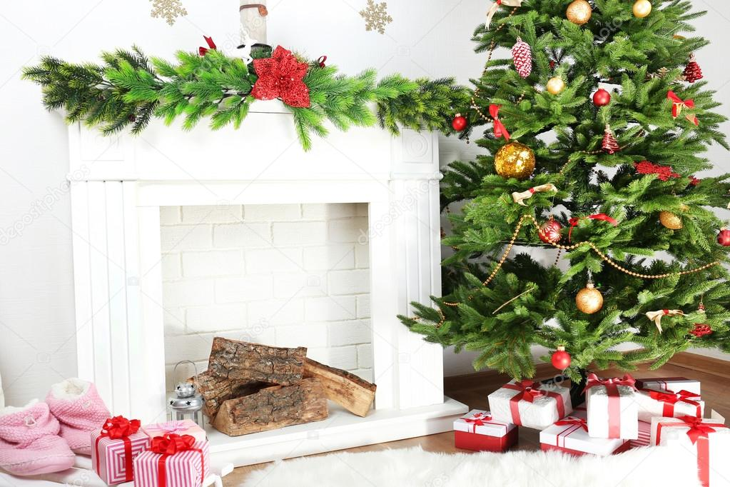 weihnachtsbaum in der n he von kamin stockfoto. Black Bedroom Furniture Sets. Home Design Ideas