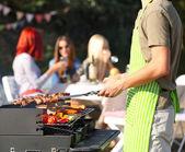 Mladí přátelé s barbecue party venku