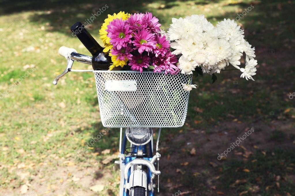 Biciclette con fiori e bottiglia di vino in primo piano for Disegni del mazzo del secondo piano