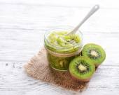 Photo Delicious kiwi jam on table close-up