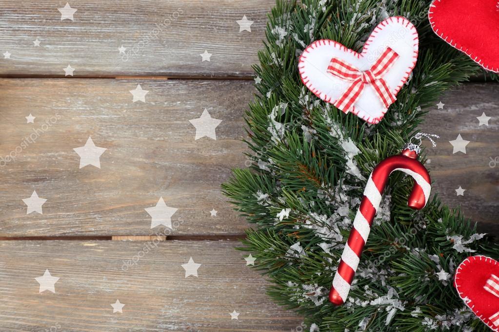 Grüne Weihnachtskranz mit Dekorationen auf hölzernen Hintergrund ...