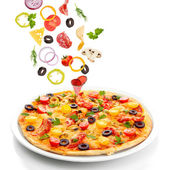 Ízletes pizza és elszigetelt fehér tartozó összetevőket