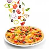 Chutné pizzy a klesající ingredience izolované na bílém