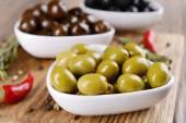 Fotografie různé marinované olivy