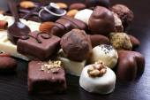 Fotografie Skupina ze sladké čokoládové lanýže na tmavé dřevěné hladké pozadí