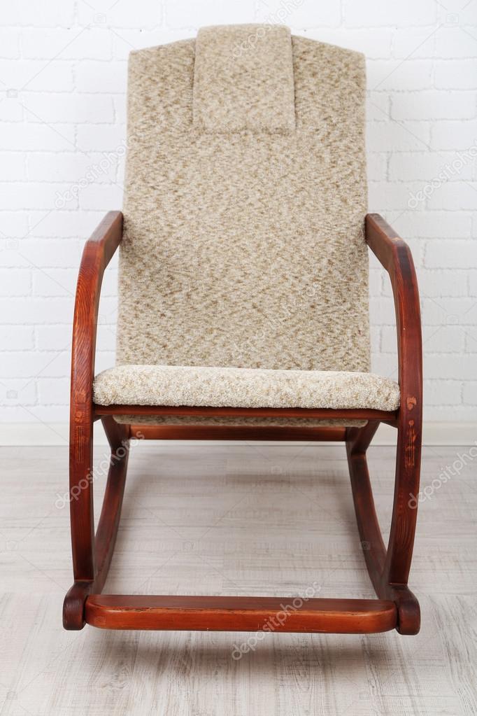 Cómoda silla mecedora en madera piso cerca fondo de pared de ...