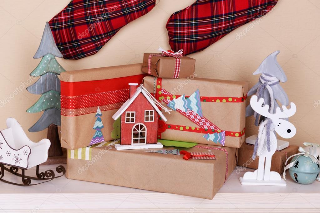 regalos de navidad hechos a mano y adornos de chimenea en habitacin u fotos de stock
