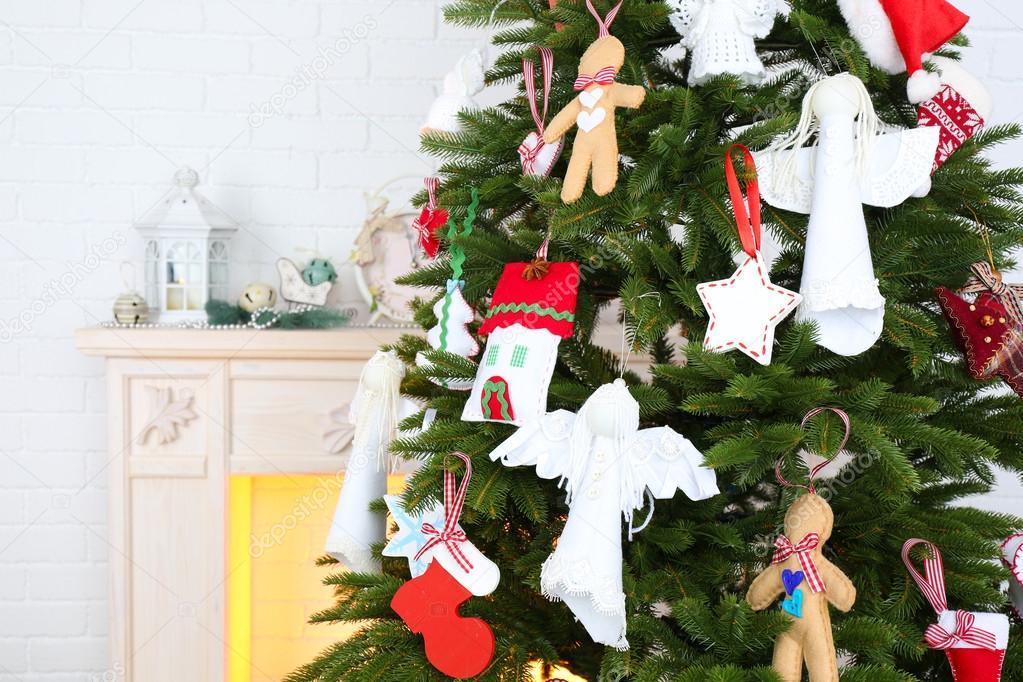 Hecho a mano adornos navideos en el rbol de Navidad sobre fondo