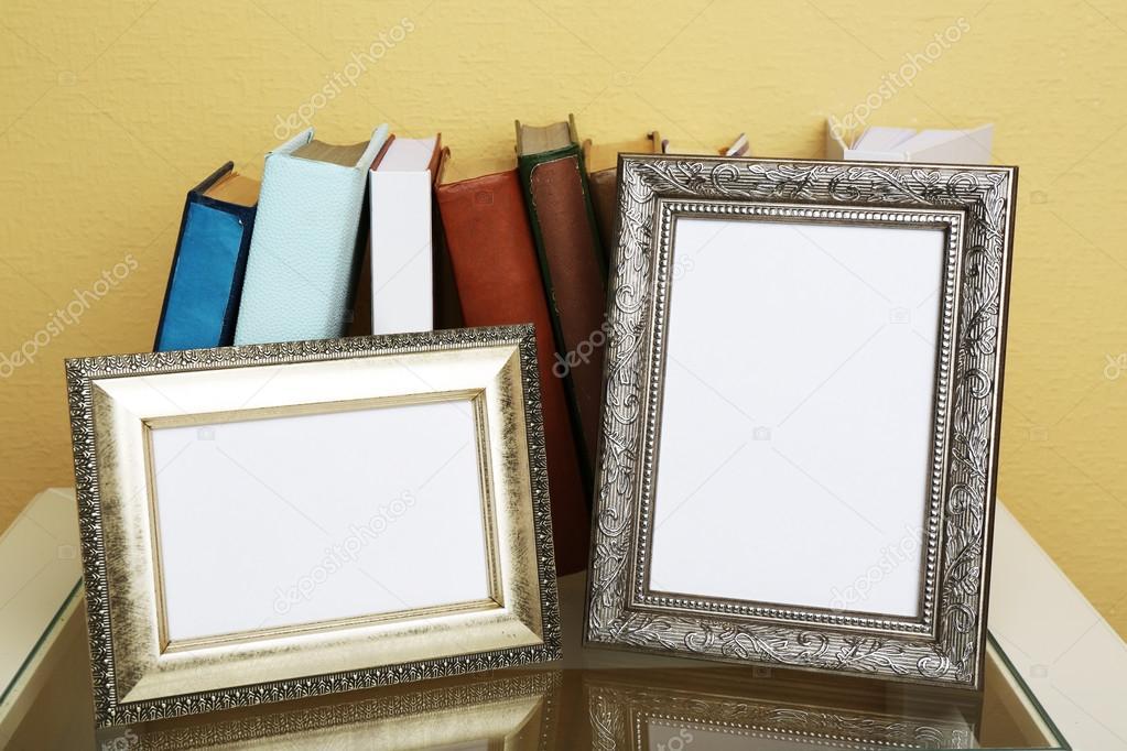 Marcos de fotos con libros de mesa de café sobre fondo de papel ...
