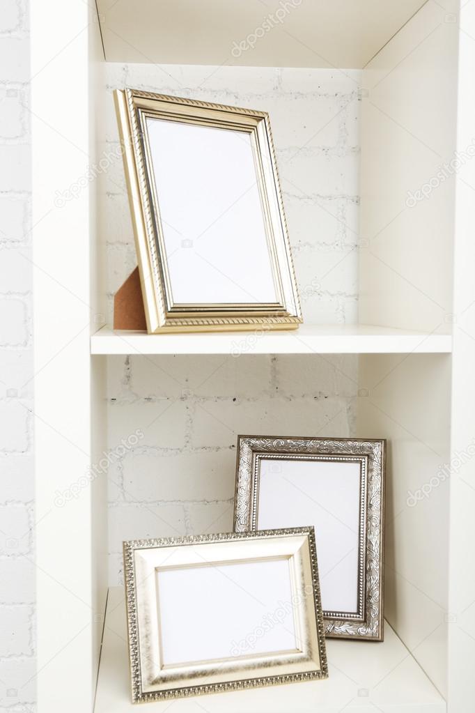 Bilderrahmen auf Regal auf Ziegel-Wand-Hintergrund — Stockfoto ...