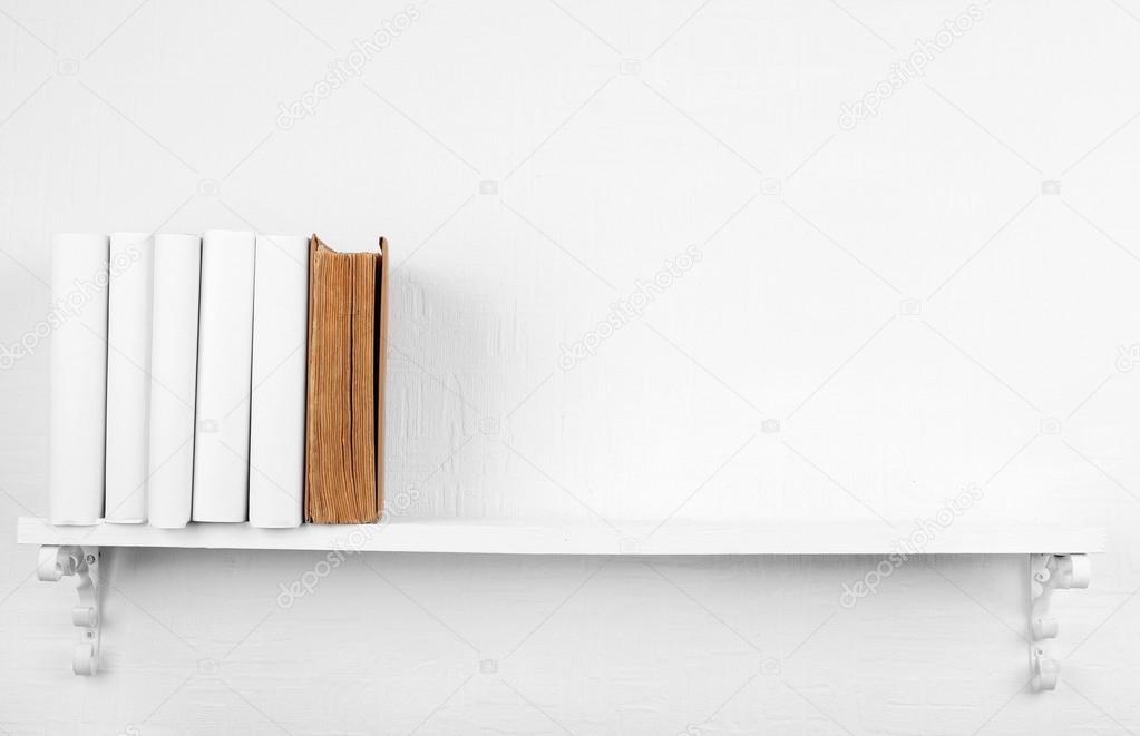Bucherregal Wand Weis ~ Blanko bücher mit braun ein bücherregal auf weiße wand hintergrund