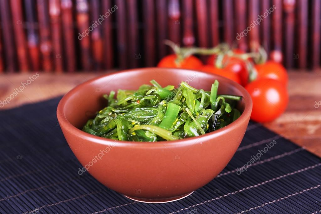 Algen Salat In Schussel Mit Kirschtomaten Auf Bambus Matten