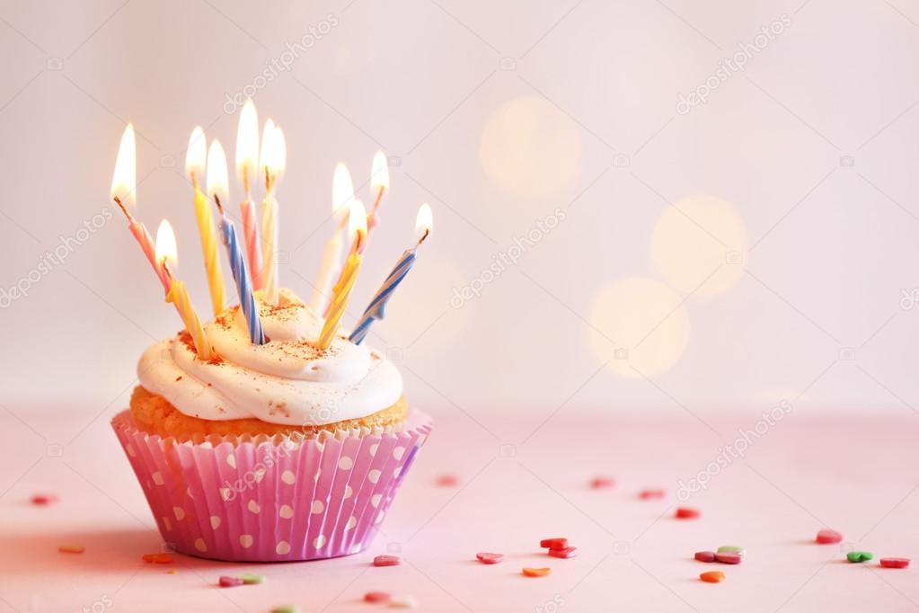 Kostliche Geburtstag Cupcake Auf Tisch Mit Hellem Hintergrund