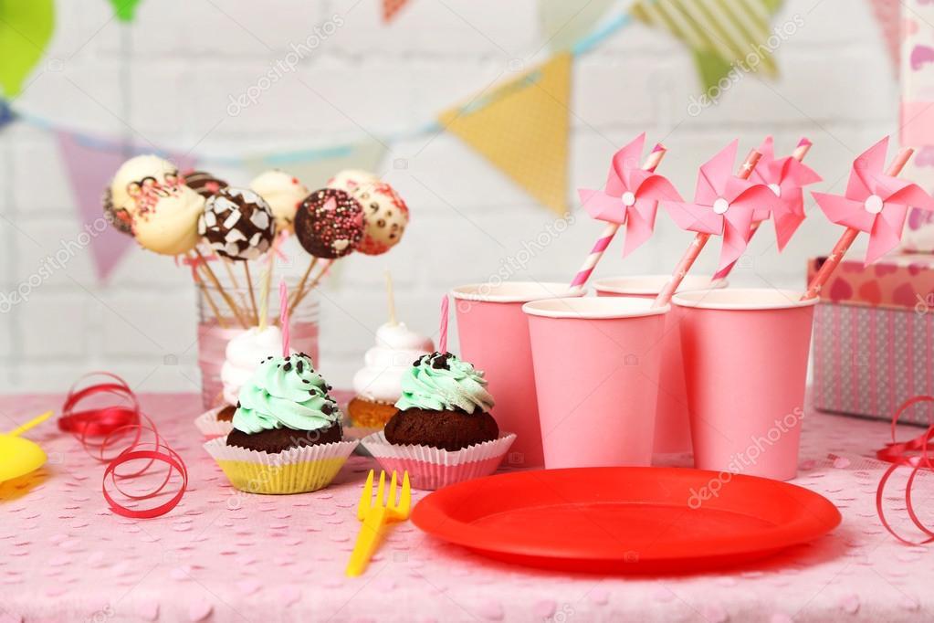 Tavolo Compleanno Bambina : Preparato il tavolo di compleanno per festa bambini u2014 foto stock