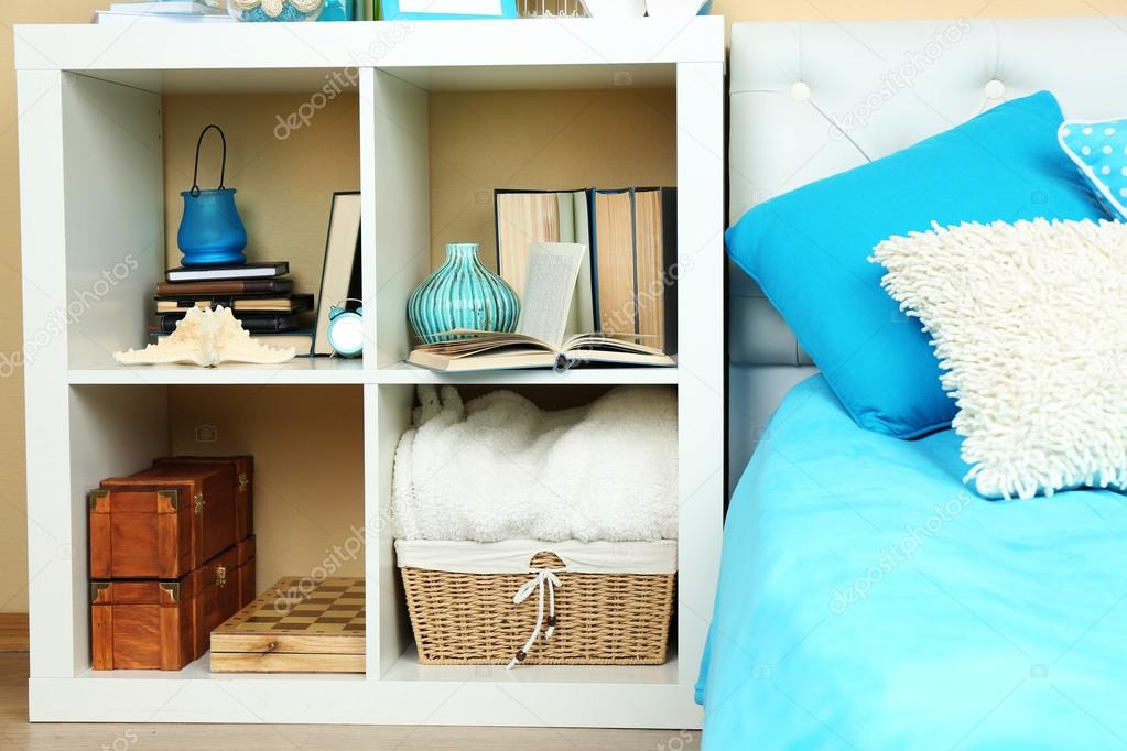 Nachtkastje Kinderkamer Afbeeldingen : Moderne kleurrijke slaapkamer interieur met bed en nachtkastje