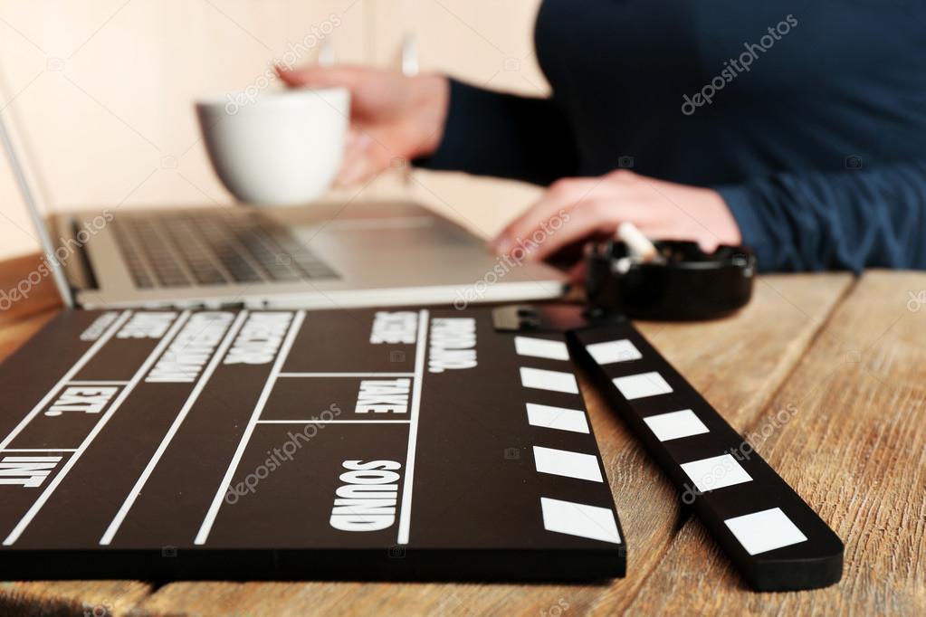 Frauenhänden Der Drehbuchautor Arbeiten Am Laptop Am Schreibtisch