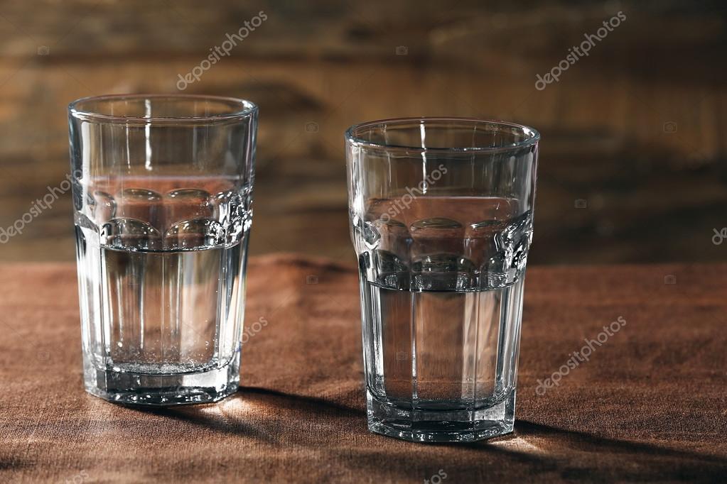 Dos Vasos De Agua Sobre Mesa Sobre Fondo De Madera