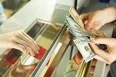 Fényképek Női kéz a pénzt készpénzben osztály ablakban. Valuta átváltási koncepció