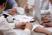 Skupina podnikatelů pracující v kanceláři