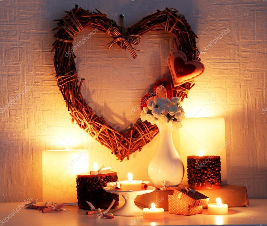 nature morte romantique avec coeur en osier et bougie s 39 allume sur fond de mur de chemin e et. Black Bedroom Furniture Sets. Home Design Ideas