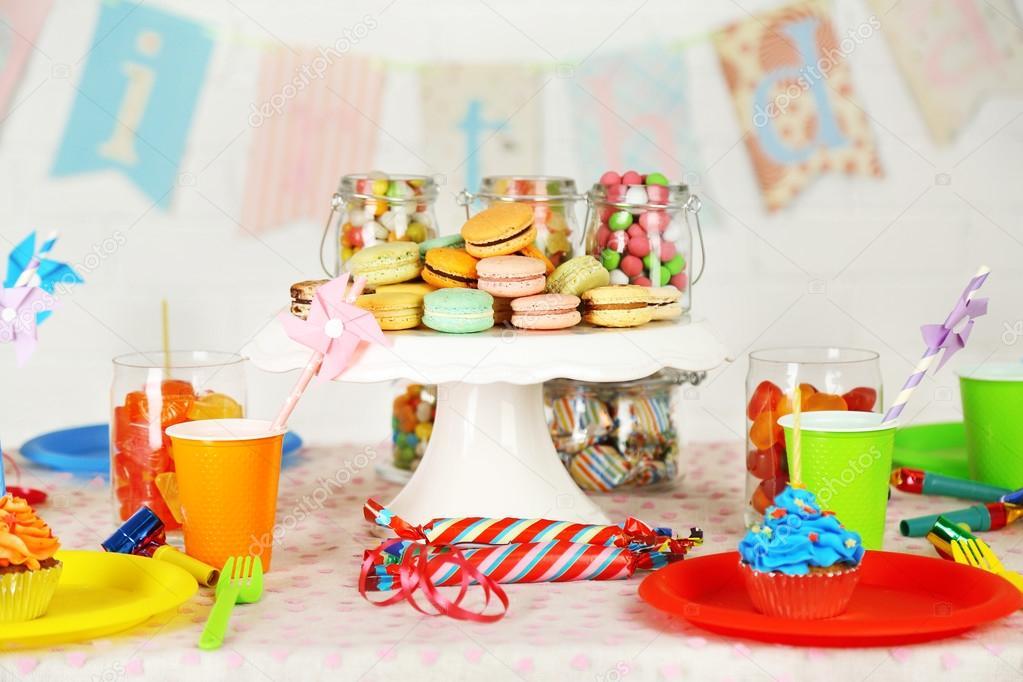 Tavolo Compleanno Bambini : Preparato compleanno tavolo con dolci per festa bambini u2014 foto stock