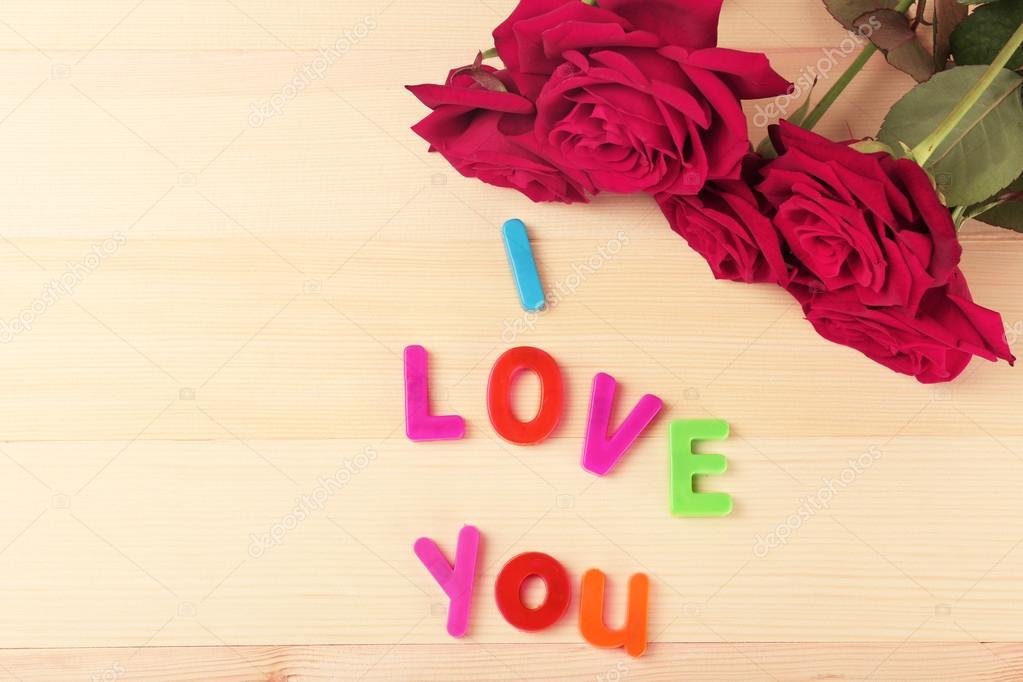 Lindas Rosas Com A Frase Eu Te Amo No Fundo Da Mesa De Madeira