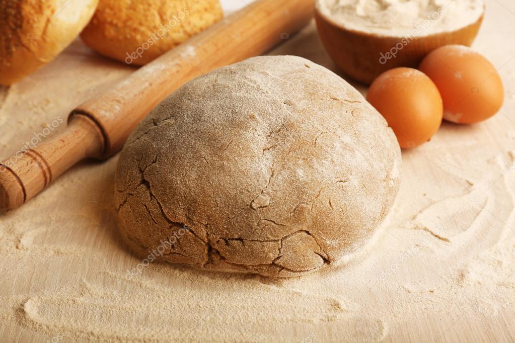 Brood maken op houten tafel achtergrond u stockfoto belchonock
