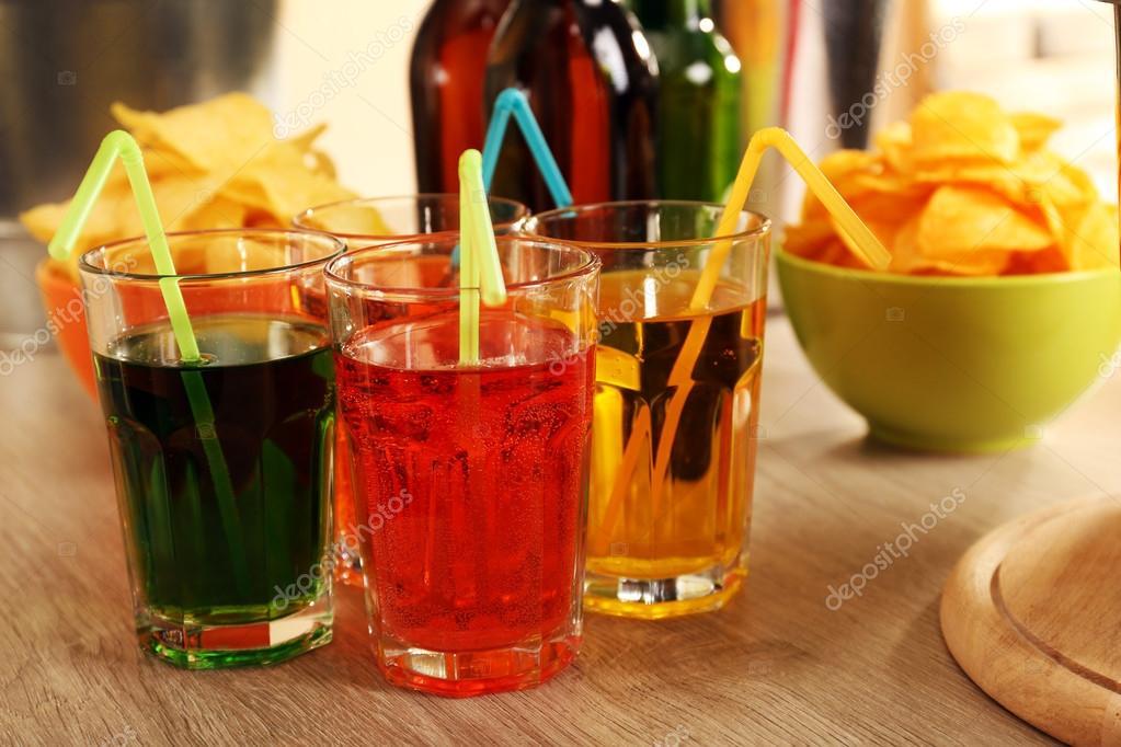 vorbereitete Tabelle mit Getränk für party — Stockfoto © belchonock ...
