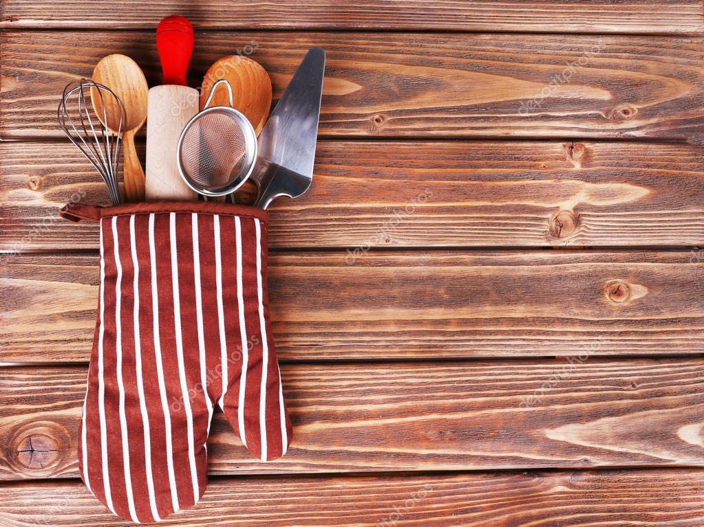Conjunto de utensilios de cocina en manopla sobre fondo de tablas de ...