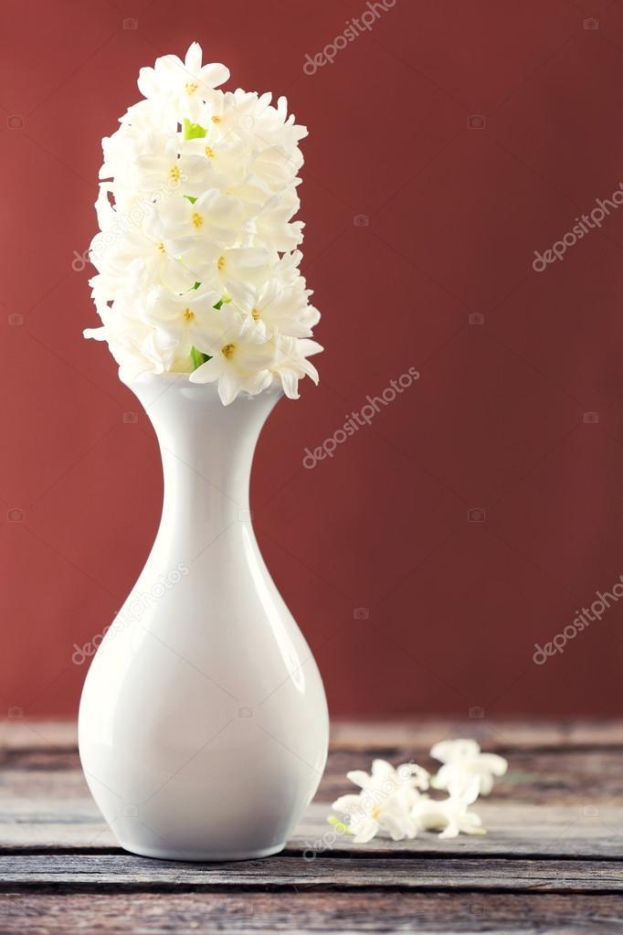 Schöne weiße Hyazinthe Blume in Vase auf Tisch mit braunen ...